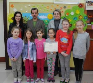 grupa dzieci z certyfikatem
