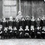 P. Matylda Woś ze swoją klasą przed barakiem