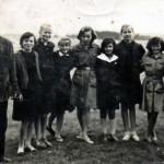 Kierownik szkoly Ignacy Lipski z uczennicami szkoły